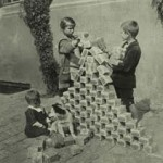 Inflation 1923: Kinder spielen mit wertlosen Mark-Scheinen - 2023 mit Euro-Scheinen?