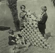 1923: Kinder spielen mit wertlosen Mark-Scheinen